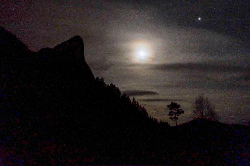Måneskinnet lyser opp Liadalsnipa