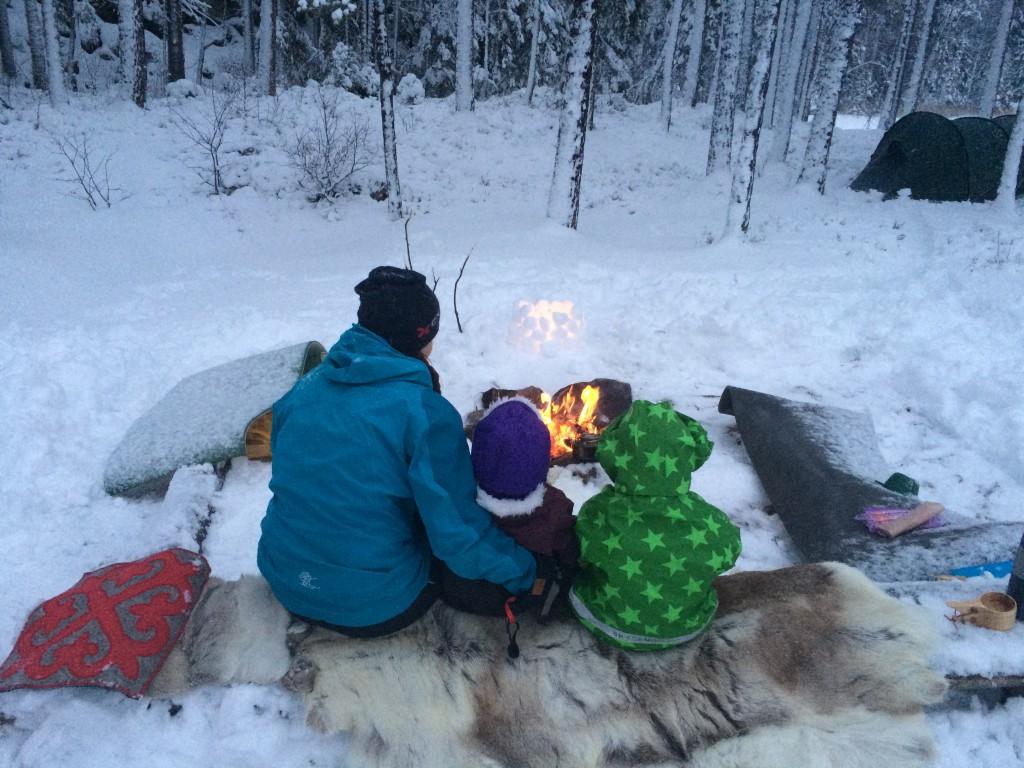 Roen senker seg mens vi sitter rundt bålet