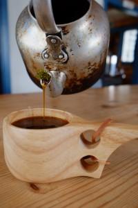 Kaffen varmes over ovnen og siles gjennom friske nåler fra furu eller einebusk.
