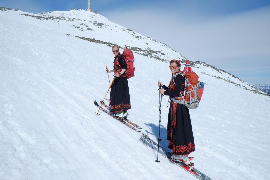 To bunadskledde tursøstre på vei oppover