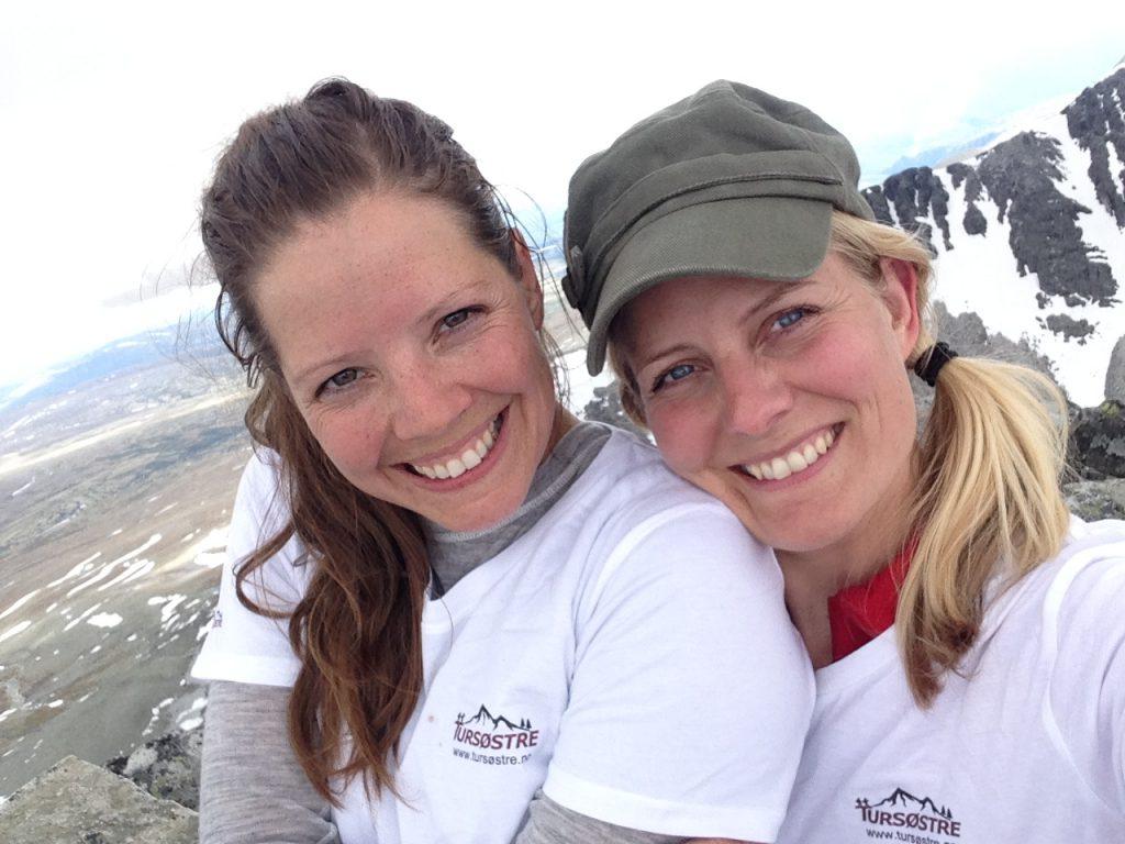 To fornøyde tursøstre på toppen av Storsmeden