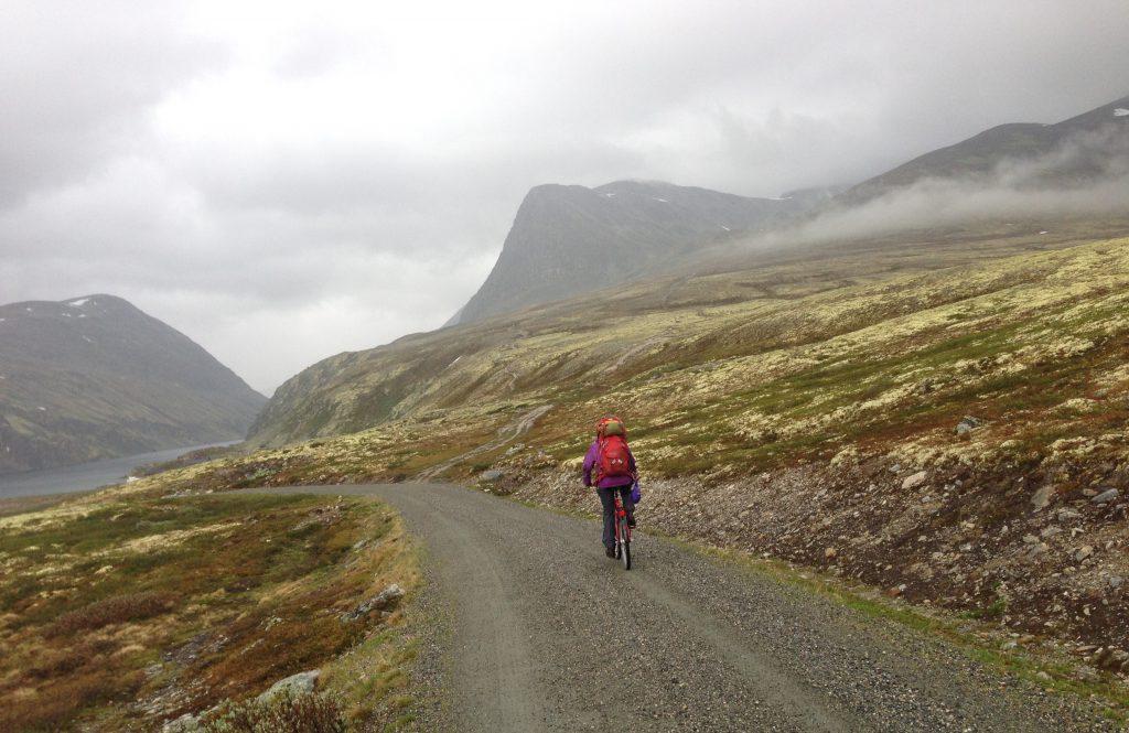 Turen starter med en kort sykkeltur fra Spranget til Rondvassbu