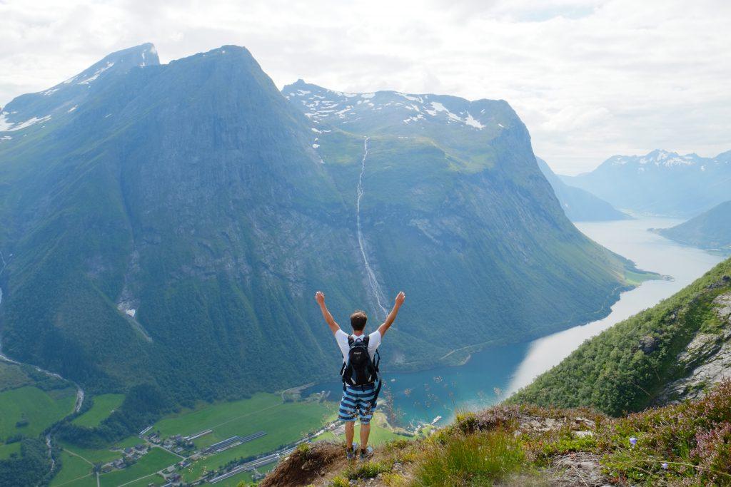 Utsikt over fjell og fjord på ryggen opp mot Slogen