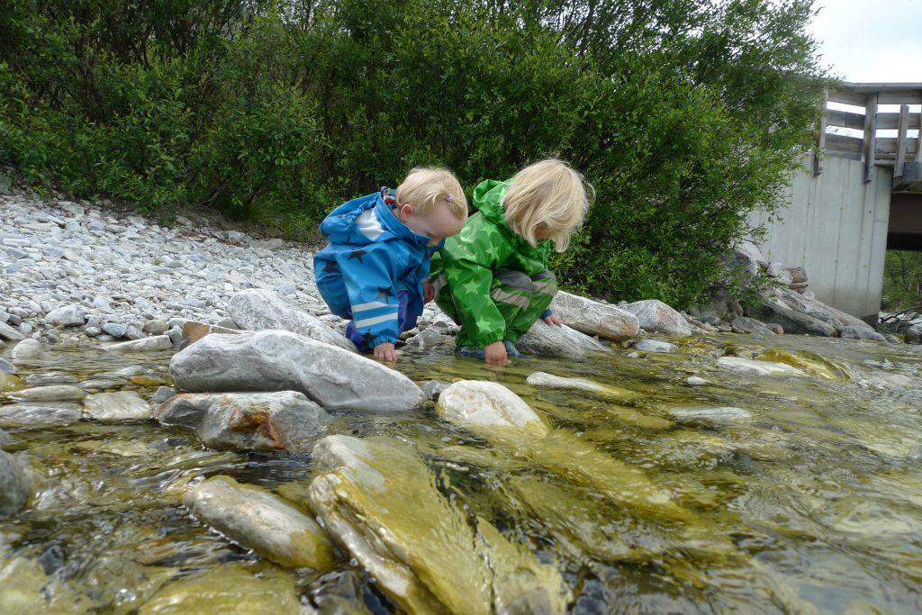 Vi tar en pause i syklingen ved elven i Langglupdalen.