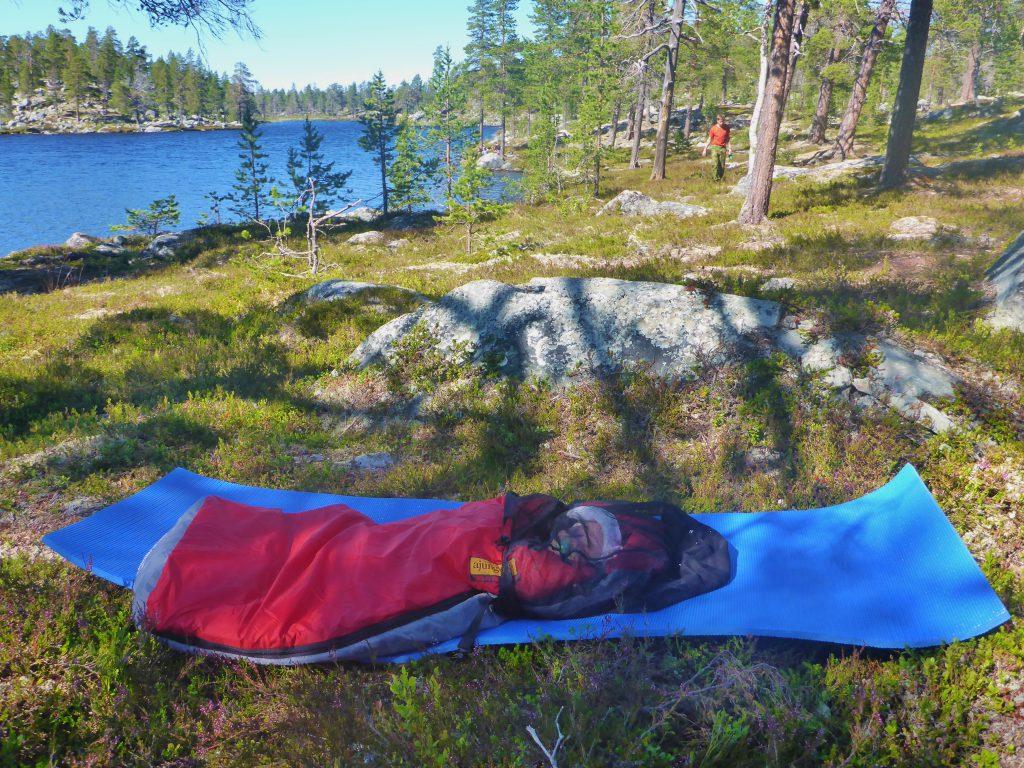 Det blir ofte varmt når solen står på teltet på dagtid. Da er det godt å kunne sove ute.