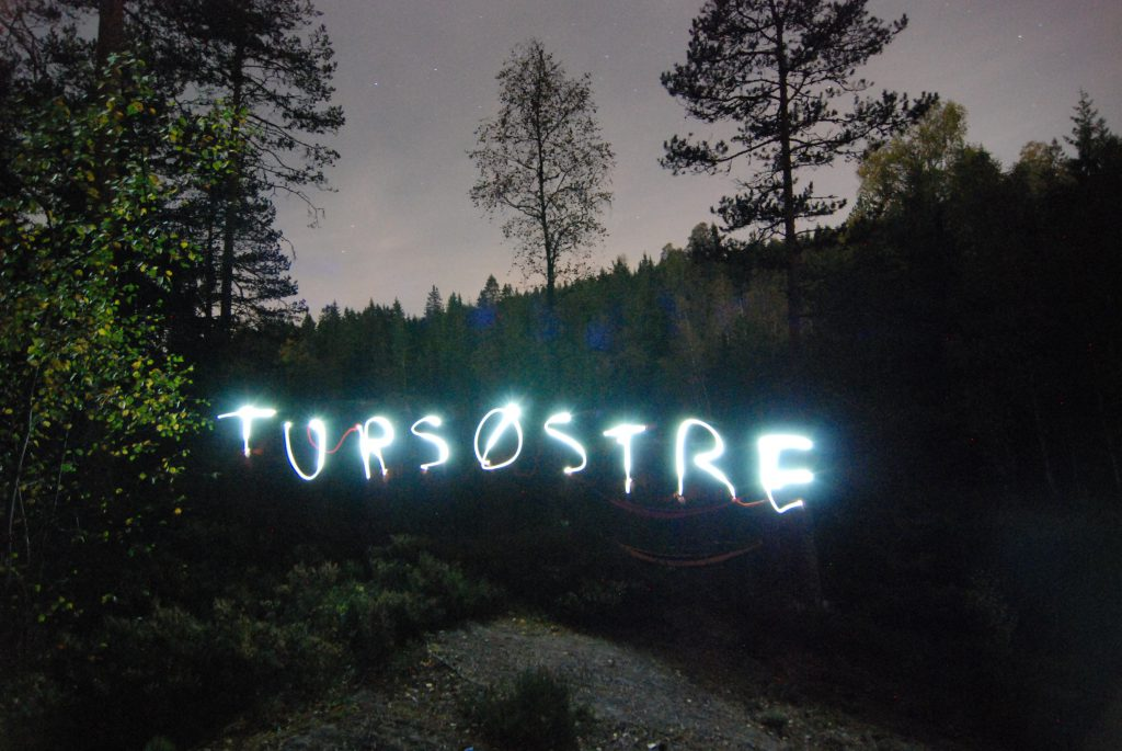 Med hodelykter og lang lukkertid på kameraet kan du lage figurer og bokstaver i høstmørket