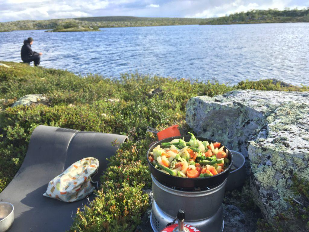 Det gir en helt egen frihetsfølelse å tilberede måltidet i naturen